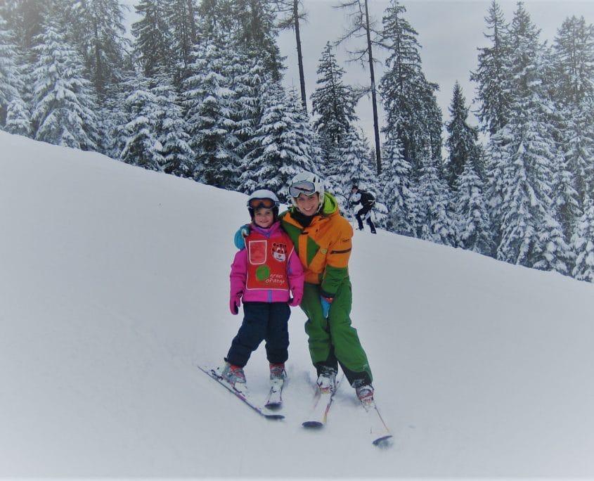 Skilehrerin mit Kind beim Training