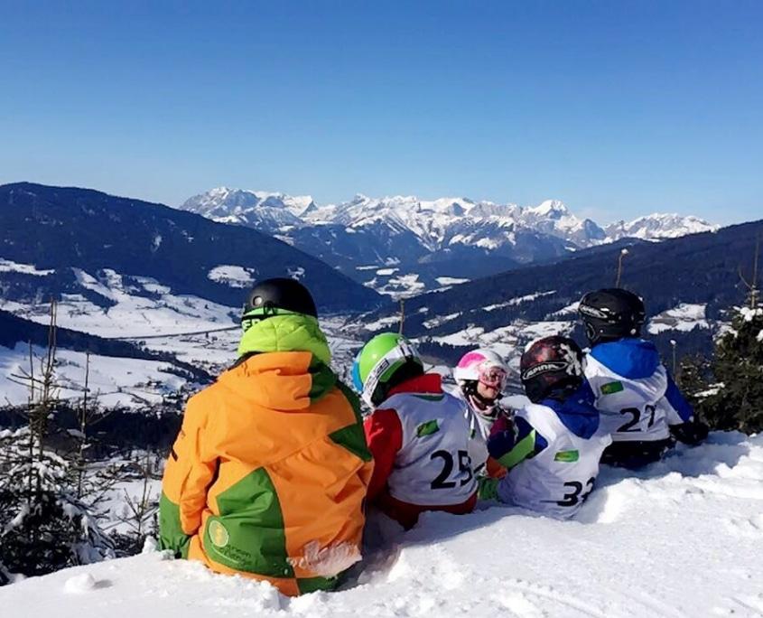 Pause im Kinder-Schikurs mit tollem Blick auf die Berge